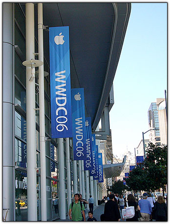 Faixas do evento cobrem todos os arredores do Moscone Center