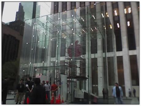 Apple Store 5th Avenue com logo vermelho