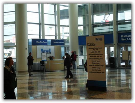Na entrada da Expo