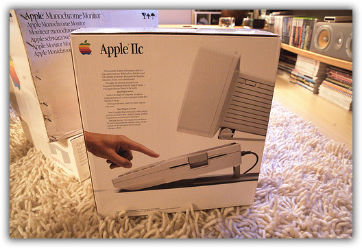 Apple //c sendo aberto