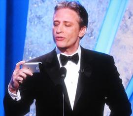 John Stewart com o iPhone durante cerimônia do Oscar