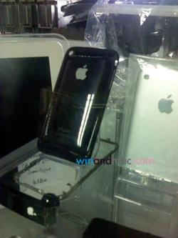 Case para iPhone em vitrine de loja