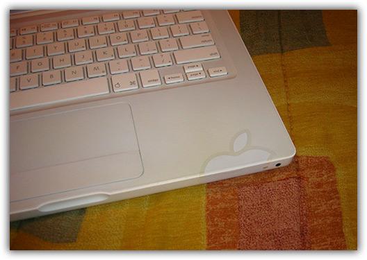 Solução para rachaduras em MacBooks com adesivo da maçã
