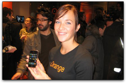 Mulher da Orange com iPhone