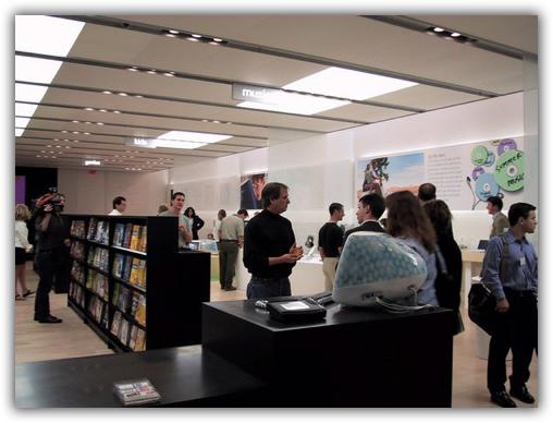 Foto de abertura da primeira Apple Retail Store