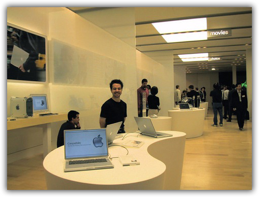 PowerBooks e os Power Macs nos fundos da loja