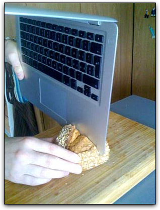 MacBook Air cortando pão