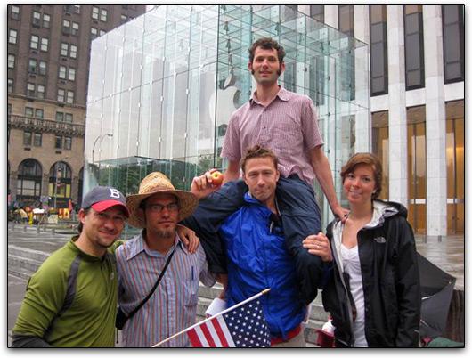 Manifestantes na frente da Apple Store