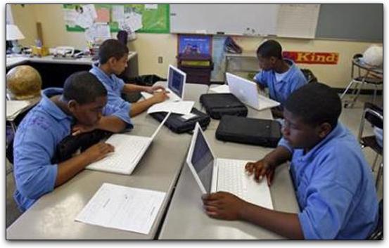 Alunos de escola americana usando macs