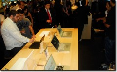 Mesa com MacBooks