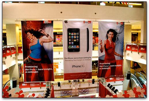 Banners no shopping onde foi lançado o iPhone pela Bharti Airtel