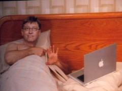 Bill Gates flagrado em seus aposentos com seu melhor notebook.
