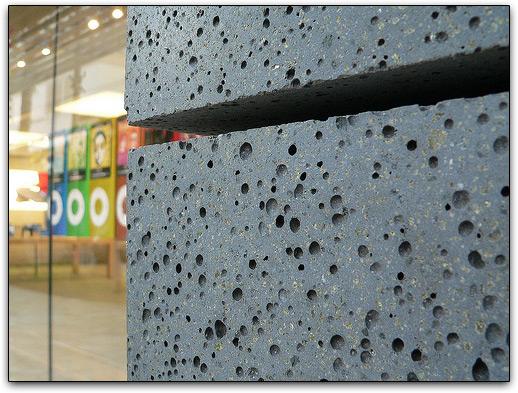 Detalhe das placas feitas de pedra vulcânica