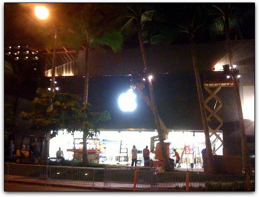 Na noite anterior, funcionários terminavam a colocação da Maçã iluminada