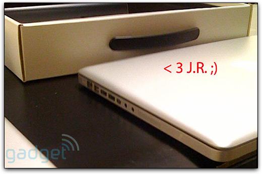 Mais uma possível imagem dos novos MacBooks Pro, de lado