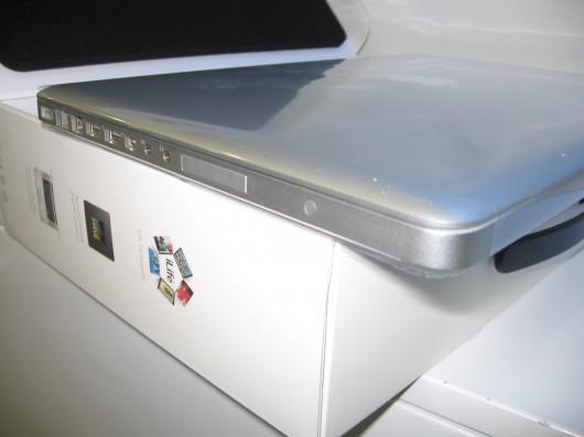 MacBook Pro fechado, com o plástico protetor