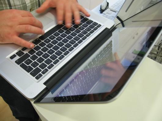 Mãos e teclado vezes 2...