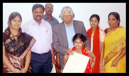 M. Lavinashree, segurando o certificado junto de sua família