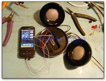 T-Mobile G1 conectado a um dock de iPod