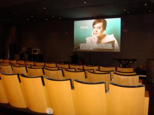 Auditório preparado para o show da cantora Adele