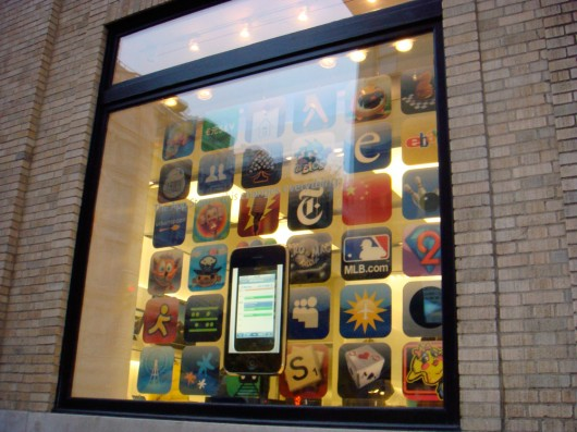 Vitrine com iPhone gigante e aplicativos