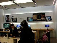 Interior da loja decorado com painéis do iPod touch 2ª geração
