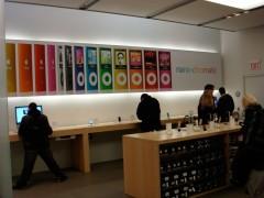 Interior da loja decorado com painéis do iPod nano 4ª geração