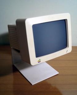 Talvez este seja um monitor da Apple compatível com as saídas Mini DisplayPort...