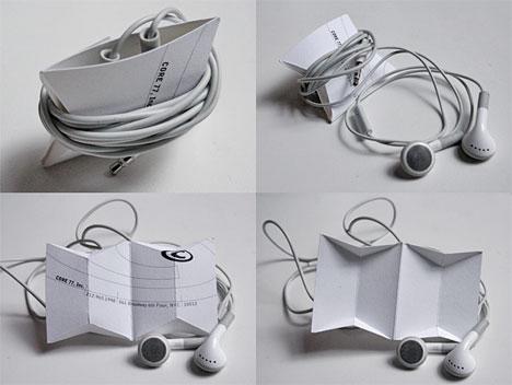 Headphones enrolados num business card