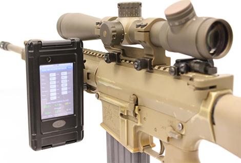 iPod touch acoplado a um fuzil de precisão M110