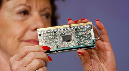 Neelie Kroes com processador da Intel