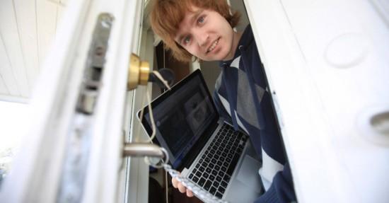 Petter Røisland com seu MacBook recuperado pelo Undercover