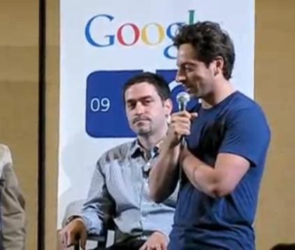 Sergey Brin discursando pelo Google