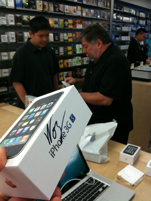 Steve Wozniak pegando seu iPhone 3G S
