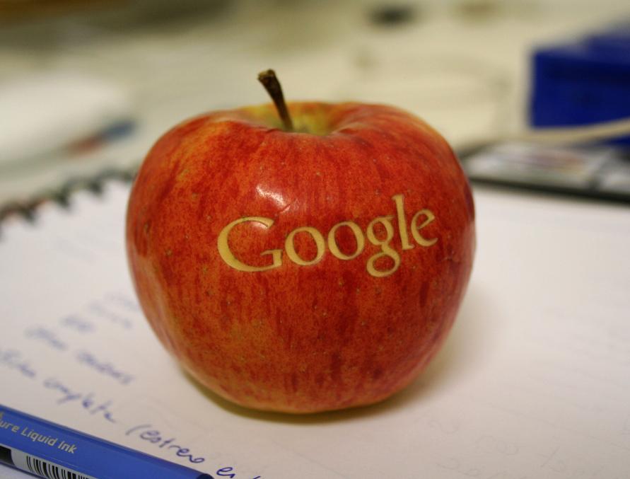 Logo do Google numa maçã (Apple)