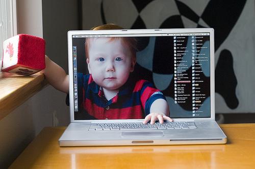 Bebê dentro de um MacBook Pro