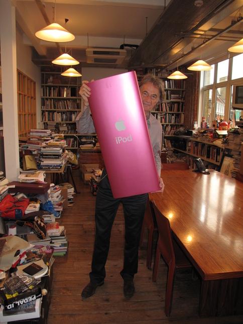 Paul Smith com seu iPod nano gigante