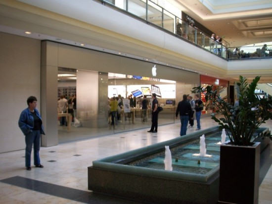 Vista da loja do lado de dentro do shopping, ao lado da loja da Puma, na sexta-feira.