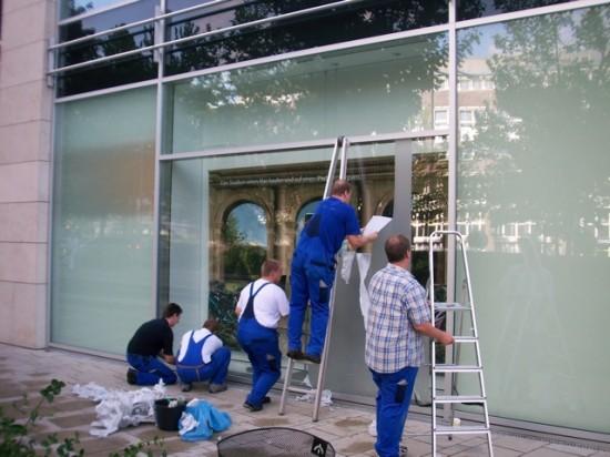 Sexta-feira: plásticos sendo removidos da vitrine externa.