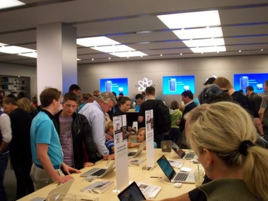 Mesas com MacBooks Pro e Air.