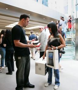 Empregado e cliente numa Apple Retail Store