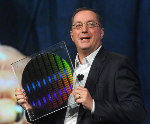 Paul Otellini, CEO da Intel, com chips de 22 nanômetros