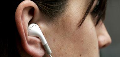 Moça com fone de ouvido de iPod