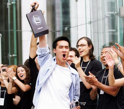 Primeiro comprador do iPhone feliz