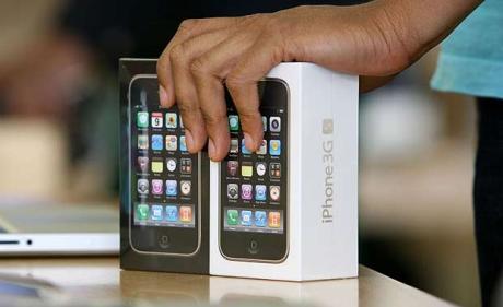 iPhones 3GS na mão de vendedor
