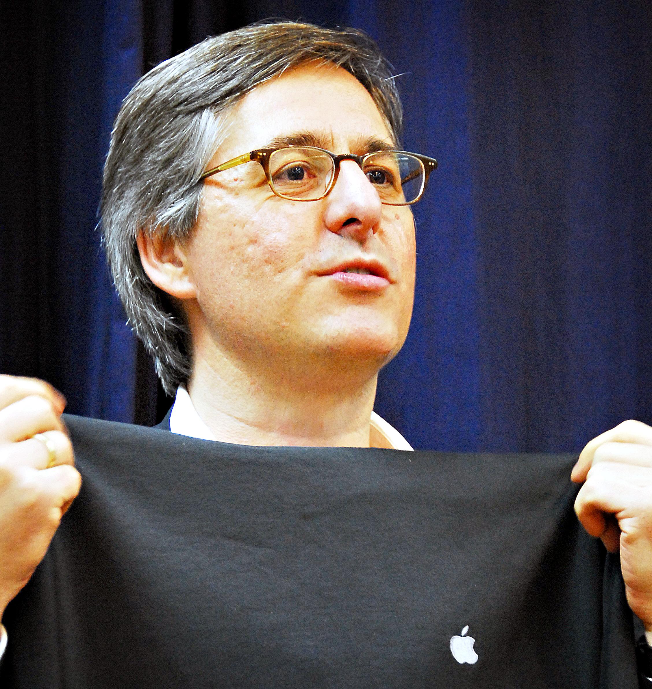 Daniel Lyons com camiseta da Apple