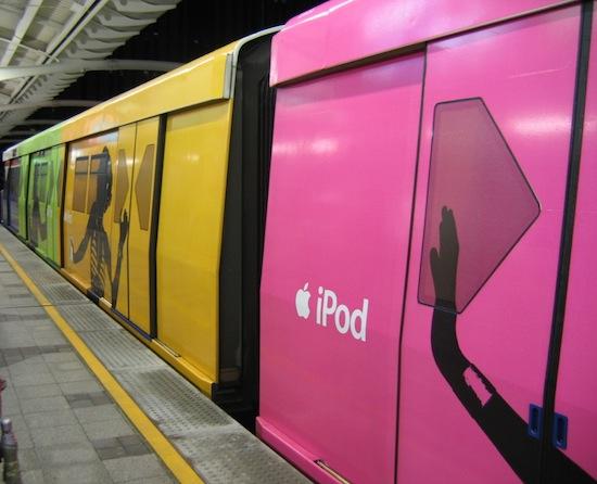 Metrô com propagandas do iPod