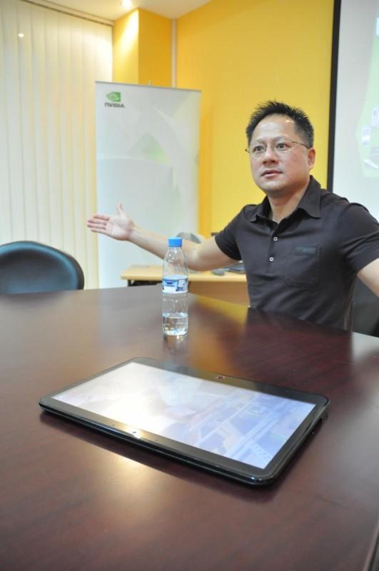 CEO da NVIDIA com tablet
