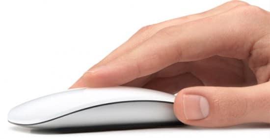 Mão clicando o Magic Mouse