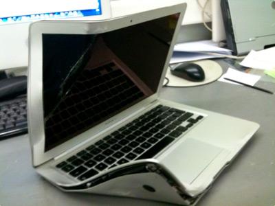 MacBook Air atropelado por um ônibus